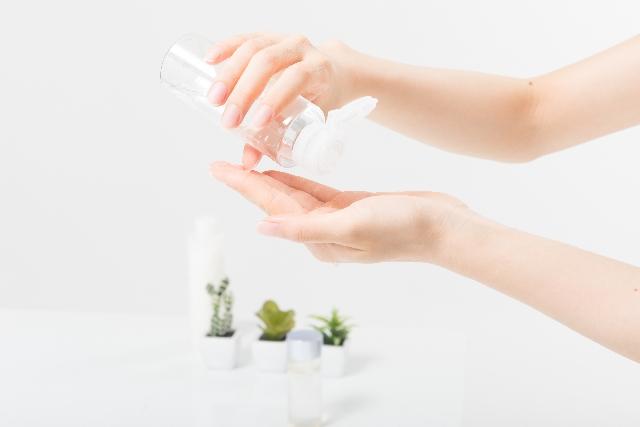 朝と夜の洗顔後、手に2~3プッシュの適量をとり、顔全体や首筋に優しくなじませます